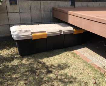 デッキの下に、長さ130cmもあるカートランクを収納しています。軽トラックの荷台でも使われるため屋外でも問題ない頑丈なトランクです。