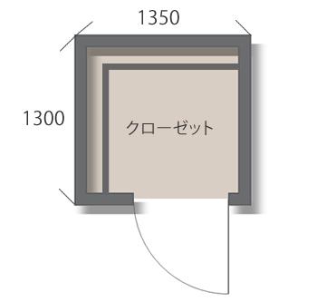 ほぼ正方形のウォークインクローゼット。衣類のほかにも、使わない寝具や季節の家電も収納。