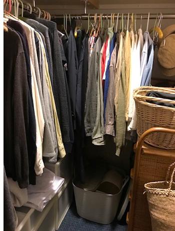 ご相談者さんのクローゼットの内部。ゆったり服を掛けられように整理したハンガーバーは、今は服が隙間なく掛かっています。