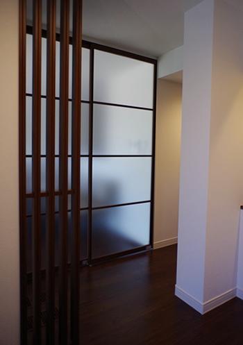 玄関ホール右手のスライディングウォールの向こうが、親世帯のLDKになります。