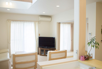お掃除機能などのない、至ってシンプルなエアコンです。 隣接する和室には、風が届きにくい配置ですが、冷房は扇風機を使えば、十分快適にリビングで過ごすことができています。