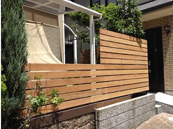 お庭でくつろぎたい方は、掃き出し窓の前にウッドデッキと目隠しフェスを設置する。