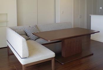 160×90センチの大きめのテーブルと、椅子ではなく2Pソファ×2の組み合わせです。