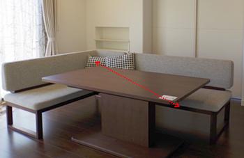 天板を斜めにスライドできて、ソファとの位置が調節できます。