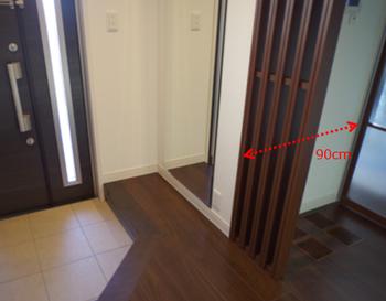 テレビボードスペースの奥行分が玄関側に張り出していて、玄関が狭くなってしまいました…。