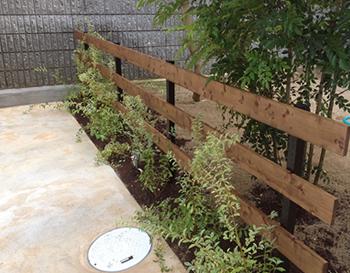 ナチュラルな建物なら植栽や木材を使って演出してください。