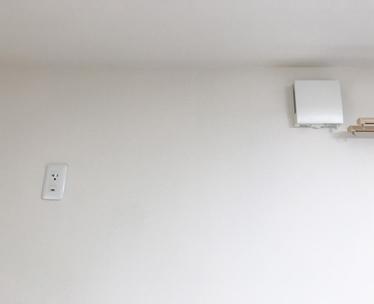 この寝室のコンセントをまず天井裏にまわします。