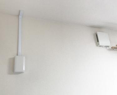 露出配線のできあがり。ケーブルが天井裏を通って、エアコンを取り付けたい階段まで引かれています。